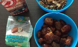Шаг 1: Подготовьте ингредиенты: финики, грецкие орехи, какао, кокосовая стружка.