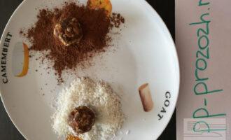 Шаг 5: Далее обваляйте конфетку в кокосовой стружке и в какао.