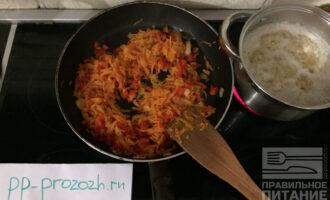 Шаг 5: Обжарьте овощи на антипригарной сковороде без масла. В кипящую кастрюлю положите булгур и варите 20 минут.