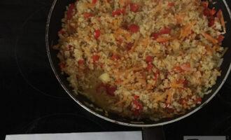 Шаг 7: Соедините булгур с овощами, добавьте чеснок, зеленый лук, приправу карри и тушите еще 15 минут.