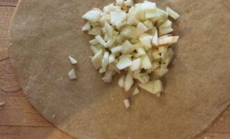 Шаг 5: Нарежьте тесто на кружочки и тщательно расскатайте. В центр положите начинку из яблок.