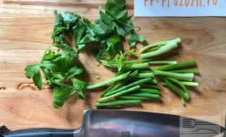 Шаг 5: Подготовьте зелень: стебли сельдерея и зеленую часть лука нарежьте поперёк сегментами по 4-5 см длиной. Листья сельдерея оставьте для украшения готового блюда.