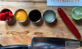Шаг 6: Приготовьте заправку: смешайте мёд, рыбный соус, сок лайма, нарезанный свежий чили перец. Размешайте заправку до полного растворения мёда.