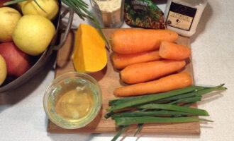 Шаг 1: Вытащите все продукты из холодильника заранее. Котлеты приготовятся быстрее и слепятся лучше, если температура всех продуктов будет одинаковая. Вам понадобится: мокровь, тыква, белок яйца, кукурузная мука, зеленый лук и кориандр молотый.