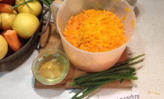 Шаг 2: Натрите на крупной терке морковь и тыкву.