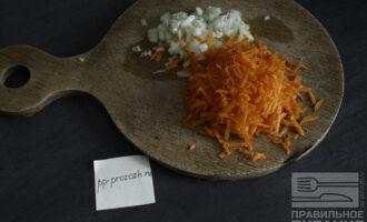 Шаг 4: Натрите на крупной терке лук и морковь.