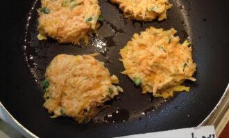 Шаг 5: Жарьте на антипригарной сковороде на небольшом огне. Перед закладкой каждой порции котлет смажьте сковороду кокосовым маслом.