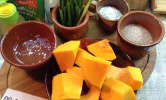 Шаг 1: Подготовьте ингредиенты. Тыкву очистите от кожуры, зеленый лук вымойте, отделите яичный белок и просейте муку. Приступаем!