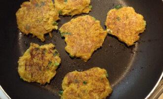 Шаг 7: Поджаривайте оладьи на антипригарной сковороде с небольшим количеством кокосового масла. Огонь должен быть средний, после появления румяной корочки - накройте сковороду крышкой и убавьте огонь.