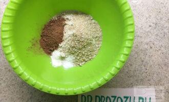 Шаг 2: Для основы перемелите овсянку до консистенции муки, смешайте с отрубями, какао, разрыхлителем и стевией.
