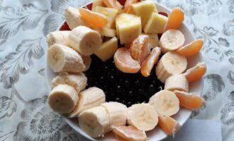 Шаг 2: Очистите и нарежьте фрукты.