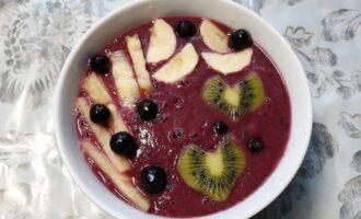 Шаг 5: Украсьте смузи ягодами и фруктами. Приятного аппетита!