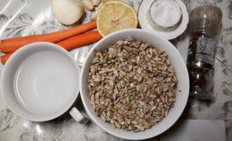 Шаг 1: Подготовьте ингредиенты: 300 грамм очищенных семечек подсолнечника (замочите на 4 часа или на ночь), сок половины крупного или одного небольшого лимона, воду, 2 небольших морковки, 3-4 зубчика чеснока, четвертинку репчатого лука или немного зеленого лука, соль, перец.