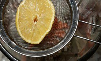 Шаг 3: Добавьте сок лимона в чашу блендера. Без сока лимона будет невкусно. Чтобы избежать попадания семян лимона в чашу (они придают горечь), возьмите небольшое сито или марлю.