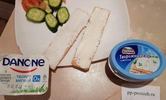 Шаг 5: Если Вы на диете, смажьте хлебцы мягким творогом. Тогда хлебцы быстро пропитаются и их лучше долго не держать на тарелке и в холодильнике. С хлебцами и творожным сыром такого не произойдет.