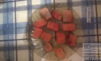 Шаг 2: Отделите мясо от кости и нарежьте кусочками.