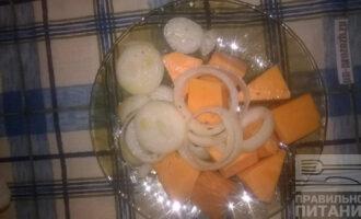 Шаг 4: Нарежьте тыкву и лук кусочками.