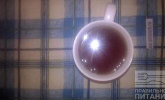 Шаг 5: Добавьте стакан томатного сока и крепкого чая. Тушите на медленном огне 30-40 минут.