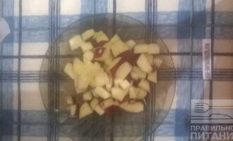 Шаг 3: Яблоки нарежьте кубиком.