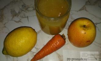 Шаг 1: Подготовьте необходимые продукты. Яблоко и морковь помойте и очистите от кожуры.