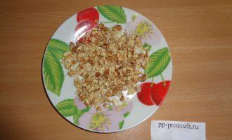 Шаг 2: Грецкий орех порубите, но не слишком мелко.