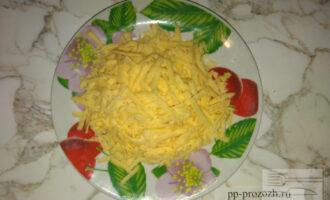 Шаг 2: Сыр натрите на крупной терке.