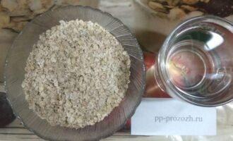 Шаг 1: Возьмите эти простые компоненты: 3,5 соловых ложки хлопьев и 500 миллилитров воды.