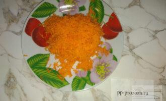 Шаг 3: На мелкой терке натрите сырую морковь.