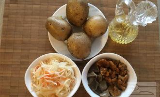 Шаг 1: Подготовьте необходимые продукты: квашеную капусту, картофель, маринованные грибы, подсолнечное масло.