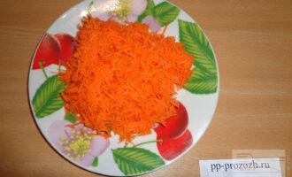 Шаг 4: Морковь натрите на мелкой терке и отправьте в суп за 5 минут до конца варки.