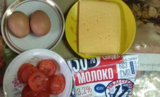 Шаг 1: Подготовьте ингредиенты: яйца, сыр, помидор и обезжиренное молоко.