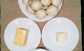 Шаг 1: Подготовьте необходимые продукты: шампиньоны, сыр, сливочное масло, сметану, лук.