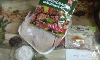 Шаг 1: Подготовьте ингредиенты: курицу, горчицу, специи и соль.