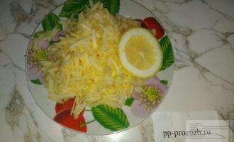 Шаг 4: Отрежьте пару долек лимона и сбрызните натертое яблоко лимонным соком, так яблоко не потемнеет, а салат приобретет восхитительный аромат.