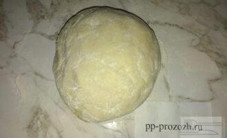 Шаг 4: В творожную массу добавьте рисовую муку и замесите нежное тесто.