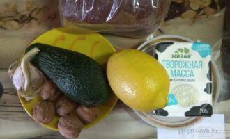 Шаг 1: Подготовьте необходимые ингредиенты: авокадо, творог, пару грецких орехов, лимон.