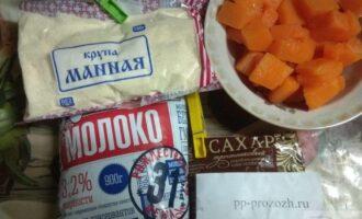 Шаг 1: Подготовьте ингредиенты: манную крупу, молоко и тростниковый сахар. Тыкву нарежьте.