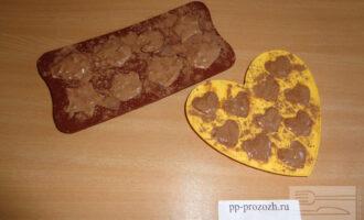 Шаг 5: Сформируйте конфеты или поместите массу в формочки для конфет, как у меня и отправьте в холодильник на сутки. Если используете формочки - предварительно посыпьте их какао, чтобы конфеты не прилипали.