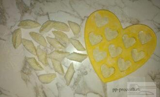 Шаг 5: Раскатайте колбаску и вырежьте небольшие дольки, или можете придать любую форму вашим вареникам.