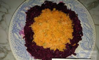 Шаг 5: Выложите следующий слой чуть меньше по диаметру - морковь с грецким орехом и йогуртом.