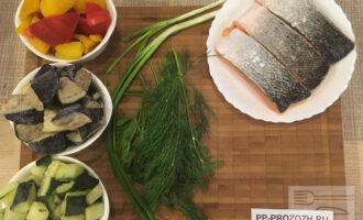 Шаг 1: Подготовьте необходимые продукты: лосось, болгарский перец, баклажаны, кабачки, зелёный лук, петрушку, укроп. Сырой лосось приготовьте на пару в кастрюле или в пароварке или в мультиварке.