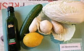 Шаг 1: Подготовьте ингредиенты для салата. Если редька у Вас крупная, то достаточно будет всего одной.