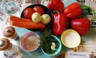 Шаг 1: Подготовьте нужные ингредиенты. Если у Вас мелкий (грунтовый) перец, то его можно взять 8-10 штук. Количество перца зависит от размера Вашей мультиварки.