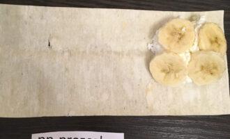 Шаг 4: Выложите творог и банан на край лаваша.