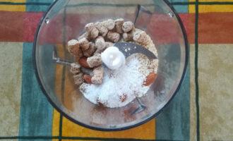 Шаг 2: Измельчите отруби, миндаль, кунжут, кокосовую стружку.