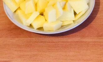 Шаг 2: Картофель нарежьте кусочками 2 см.