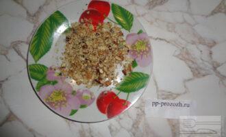 Шаг 2: Грецкий орех мелко порубите.