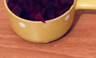 Шаг 2: Выньте ложкой сердцевину свеклы. Нарежьте мякоть кубиками.