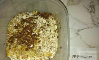 Шаг 3: Затем добавьте семена льна, семечки, орехи и перемешайте смесь.