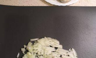 Шаг 2: Тщательно вымойте шампиньоны. Почистите и нарежьте лук мелкими кубиками.